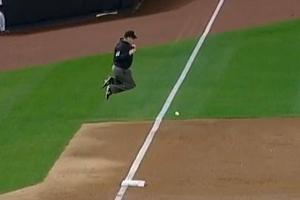 Umpire pulando